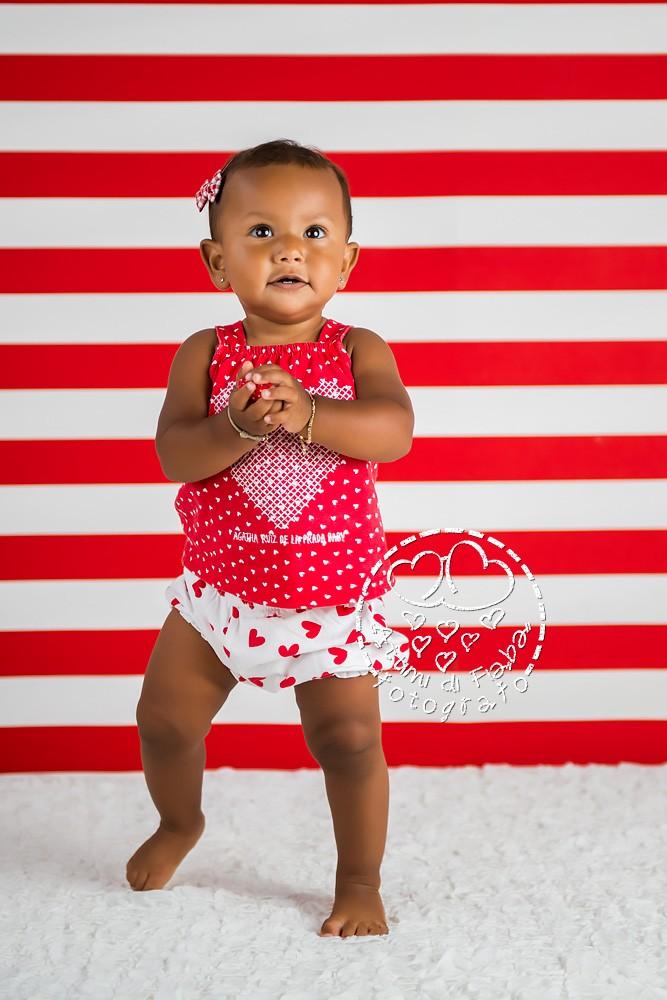 foto di bambina con sfondo a righe